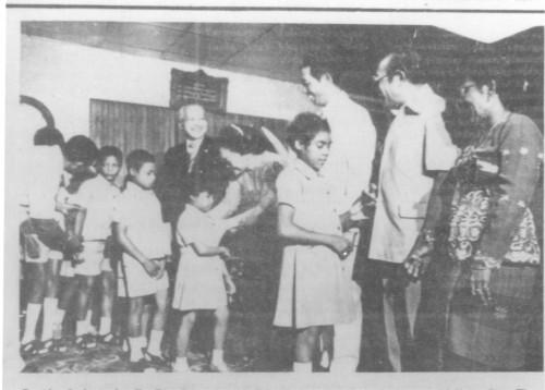 Belajar bersalaman secara berbudaya ala Jawa (Berita Buana, 5/9/77)